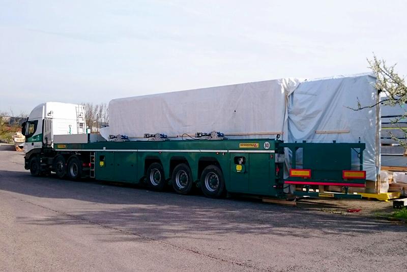 Die Wandelemente von Xandy's Alm werden zur Baustelle transportiert.