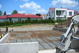 Setzen der Bodenplatte auf dem Bauplatz
