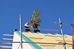 Richtbaum auf dem Dach