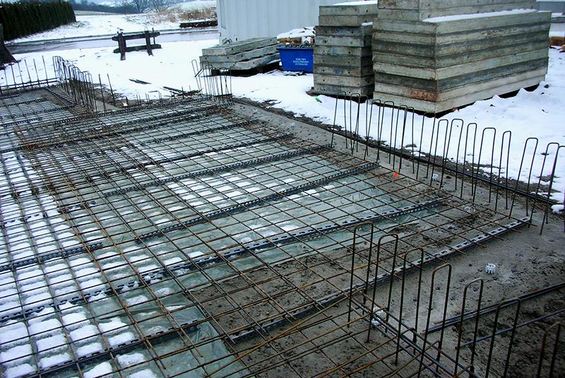 Bauarbeiten auf dem Bauplatz bei Schnee im März