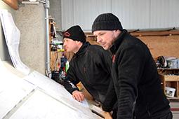 Zimmerer lesen Werkplan Holzhaus