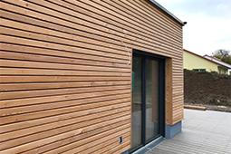 Moderne Holzfassade an Wohnhaus
