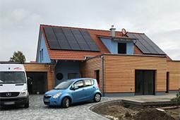 Einfamilienhaus mit Putz- und Holzfassade