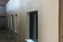 Wandelement mit eingebauten Fenstern